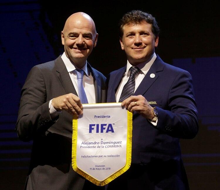 Gianni Infantino agradeció a Alejandro Dominguez por su labor como presidente de la Comisión de Finanzas (REUTERS)