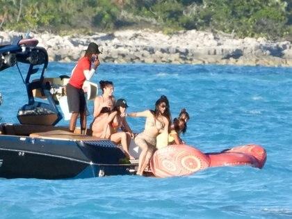 Las hermanas Kim y Kourtney Kardashian viajaron con sus hijos a las paradisíacas playas de Turks and Caicos, en donde descansaron, disfrutaron de unos días de sol y se refrescaron en el mar. Además, alquilaron un yate para estar solos en familia. Y se entretuvieron en un inflable sobre el agua