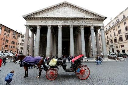 Un carruaje esperando clientes en la Piazza della Rotonda (Reuters)