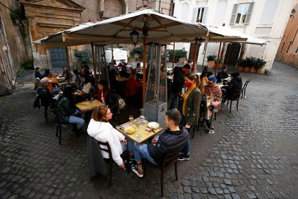 Restaurant in Trastevere after coronavirus disease (COVID-19) restrictions were eased in the Lazio region, Rome, Italy, February 1, 2021. REUTERS / Guglielmo Mangiapane