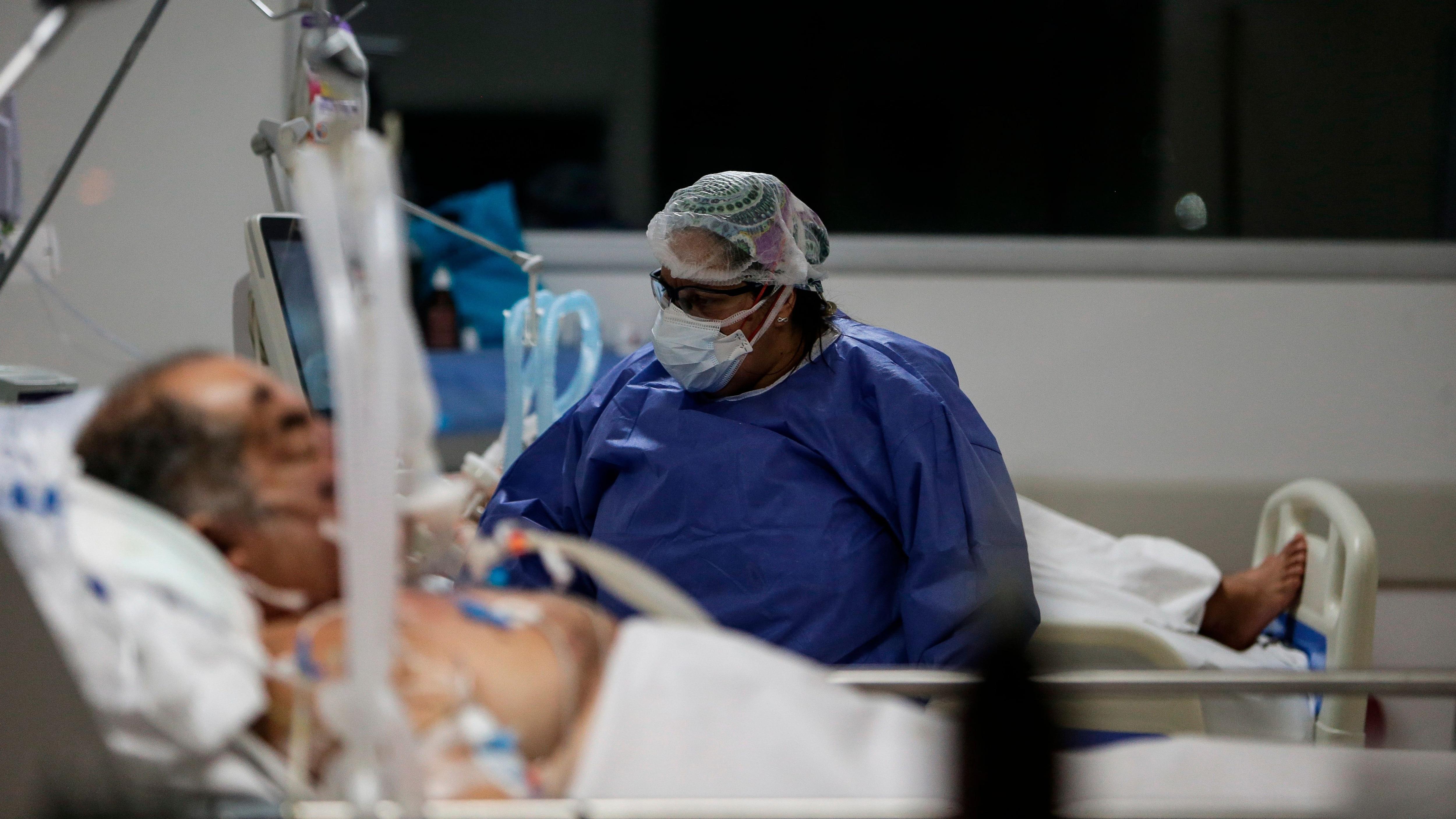 Argentina atraviesa desde principios de abril un vertiginoso aumento de los casos de covid-19, con creciente nivel de ocupación de camas en las unidades de terapia intensiva. EFE/Juan Ignacio Roncoroni/Archivo