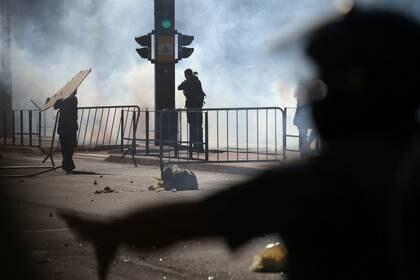 La policía dispersó a los manifestantes con gases lacrimógenos (REUTERS/Rahel Patrasso)