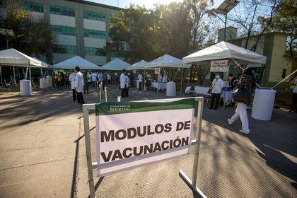 MEX3030. MONTERREY (MÉXICO), 07/01/2021.- Fotografía que muestra los módulos de vacunación donde se realiza la aplicación de vacunas de Pfizer-BioNTech contra el coronavirus en las instalaciones del Hospital Militar Regional de Especialidades hoy, en Monterrey, estado de Nuevo León (México). Las primeras inyecciones contra la covid-19 llegaron a territorio mexicano el día de Nochebuena y permitieron cerrar el año con un mensaje optimista, pero dos semanas después, con los Reyes Magos ya de regreso a Oriente, la sombra del desorden, la lentitud y del tráfico de influencias para vacunarse opacan el plan de inmunización. EFE/ Miguel Sierra