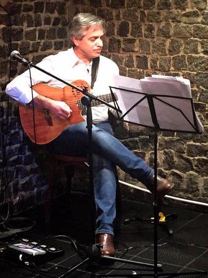 Su principal hobby es tocar la guitarra. Grabó un tema con la banda marplatense Los Súper Ratones.