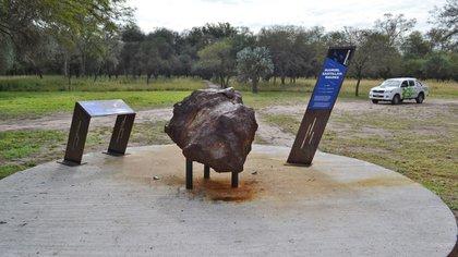 """Uno de los meteoritos multi-toneladas que se exhiben en el Parque """"Campo del Cielo"""", en Gancedo, Chaco (Instituto Turismo Chaco)"""