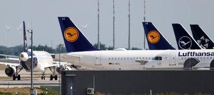 Aviones de la aerolínea alemana Lufthansa están estacionados en el aeropuerto de Berlín Schoenefeld, el 25 de junio de 2020 (REUTERS/Fabrizio Bensch)