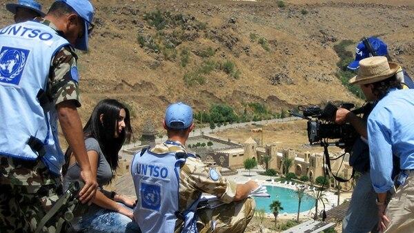 Periodistas entrevistan a un observador de la misión militar de la ONU en el Líbano