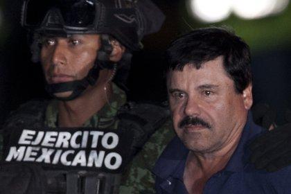 """Joaquín """"El Chapo"""" Guzmán, trasladado por el Ejército mexicano en enero pasado. El Gobierno federal ha salido a la caza de los capos narco, pero no desarticula las organizaciones. El Cártel de Sinaloa es el gran productor de la heroína, aunque no el único (AP)"""