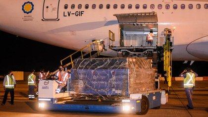 Tras 18 horas de vuelo, el Airbus 330-200, matrícula LV-GIF, aterrizó en Ezeiza. Se trata del quinto vuelo que llega de Rusia, en esta oportunidad con 517.500 dosis de Sputnik V.