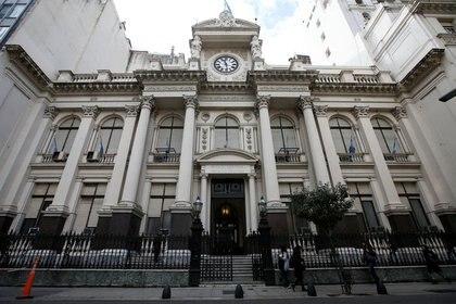 La autoridad monetaria suspendió hasta el 30 de junio 2020 el cierre de cuentas bancarias, como así también la aplicación de comisiones, multas o inhabilitación de cuentas a causa de cheques rechazados (Reuters)