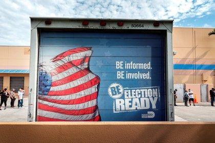 Un cartel que anima a la gente a participar en las elecciones presidenciales de noviembre, en la sede del Departamento de Elecciones del Condado de Miami-Dade en Doral, Florida. EFE/EPA/Cristobal Herrera-Ulashkevich