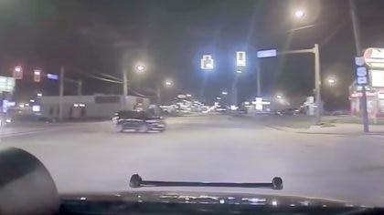 """""""!No pasen por esa intersección! Ahí viene un carro"""", advierte la policía, y de inmediato el Dodge Durango conducido por el niño pasa a toda velocidad"""