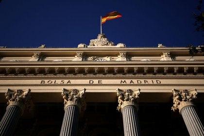 FOTO DE ARCHIVO: Una bandera española ondea sobre la Bolsa de Madrid, España, 1 de junio de 2016. REUTERS/Juan Medina