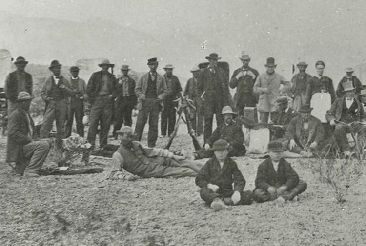 Ensign Peak es el nombre de una colina de Salt Lake City, donde en 1847 Brigham Young (con sombrero claro alto) y otros pioneros mormones subieron para observar si el valle era un buen lugar para instalarse.