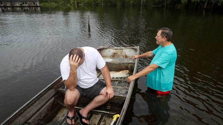 Un hombre se lamenta por la pérdida de sus pertenencias tras las inundaciones en Texas( Jon Shapley/Houston Chronicle via AP)
