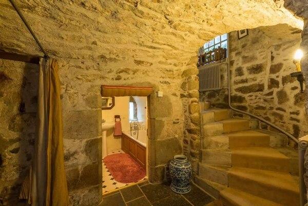 Una de las habitaciones se encuentra en el sótano, con un camino de piedras que lleva al dormitorio (Airbnb)