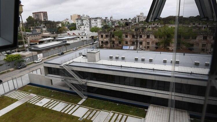 Junto a la nueva sede queda en pie la antigua cárcel de Cáseros, donde a fin de año comenzarán a construirse las oficinas del Ministerio de Hacienda de la Ciudad de Buenos Aires.