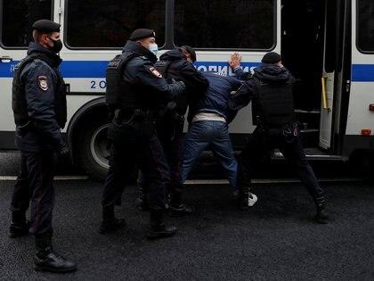 Agentes de la ley rusos detienen a un manifestante durante una protesta en Moscú el 30 de octubre de 2020. REUTERS/Evgenia Novozhenina