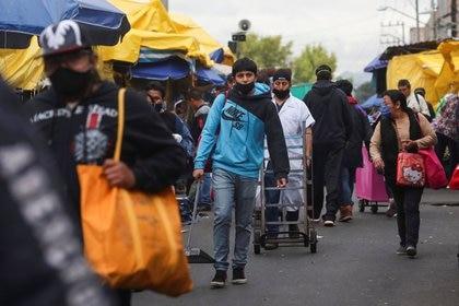 Gente camina fuera del mercado La Merced durante la epidemia de coronavirus en Ciudad de México. Junio 25 de 2020. REUTERS/Henry Romero