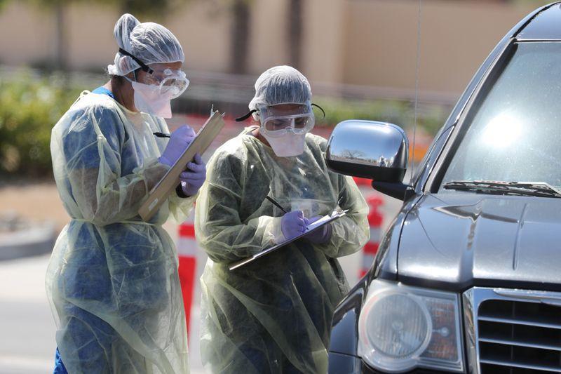 Personal de un hospital realiza chequeos por COVID-19, la enfermedad provocada por el coronavirus, a automovilistas en Indian Wells, California, EEUU, Marzo 26, 2020. REUTERS/Lucy Nicholson