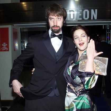 Tom Green y Drew Barrymore (que muestra su anillo de compromiso) en el estreno de Los Angeles de Charlie en el año 2000 (Shuterstock)