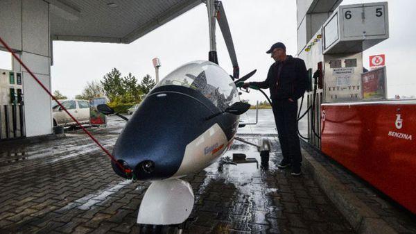 Pavel Brezina cargando gasolina a su GyroDrive
