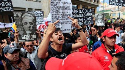 Detractores de Álvaro Uribe en las afueras de la Corte Suprema durante la indagatoria que tuvo lugar en octubre de 2019. (REUTERS/Leonardo Munoz)