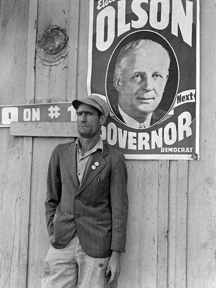 """Dirigente de los huelguistas durante la huelga de los cosechadores de algodón. """"Vote NO en el numero 1"""" se refiere a la propuesta de ley anti piquetes (Kern County, California, noviembre 1938)"""