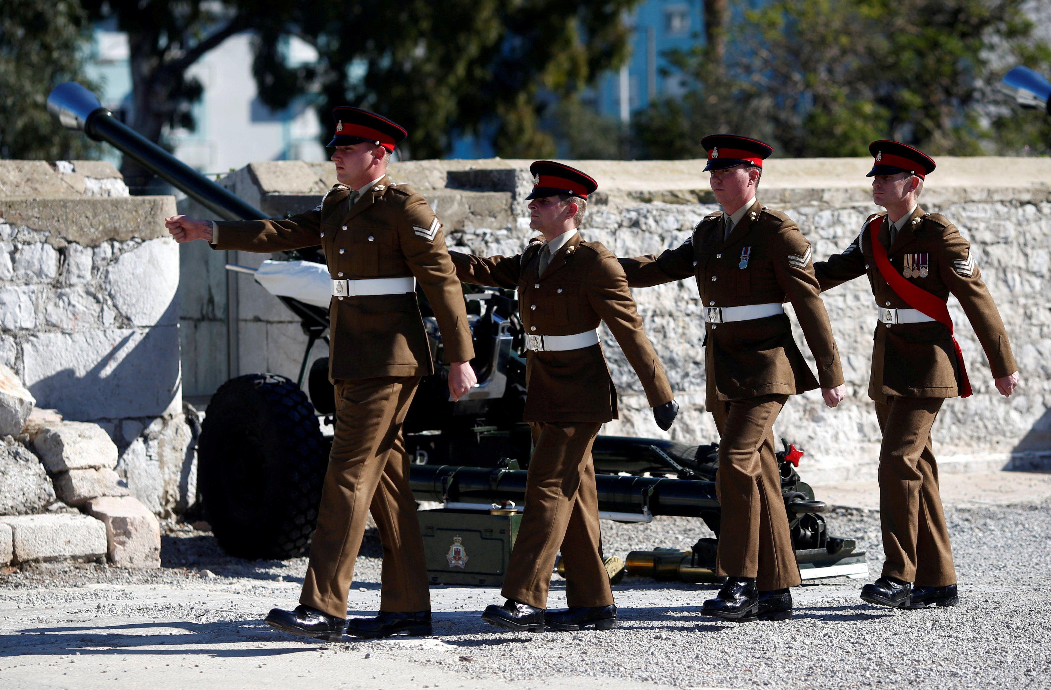 Miembros del Real Regimiento de Gibraltar marchan después de disparar una salva de 21 cañones para conmemorar el 67º aniversario de la llegada al trono de la Reina Isabel de Inglaterra, frente al Peñón en el territorio británico de ultramar históricamente reclamado por España, el 6 de febrero de 2019 (REUTERS/Jon Nazca/File Photo)
