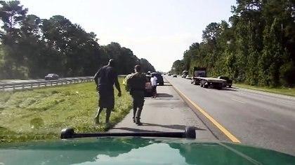 O'Neal ayutó a una mujer que tuvo un accidente en la carretera y esperó a la policía local (ALACHUA COUNTY SHERIFF/via REUTERS)