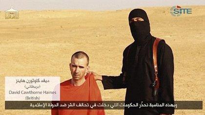 """El """"yihadista John"""" junto a David Haines segundos antes de ejecutarlo en una escena filmada y luego difundida por el ISIS"""