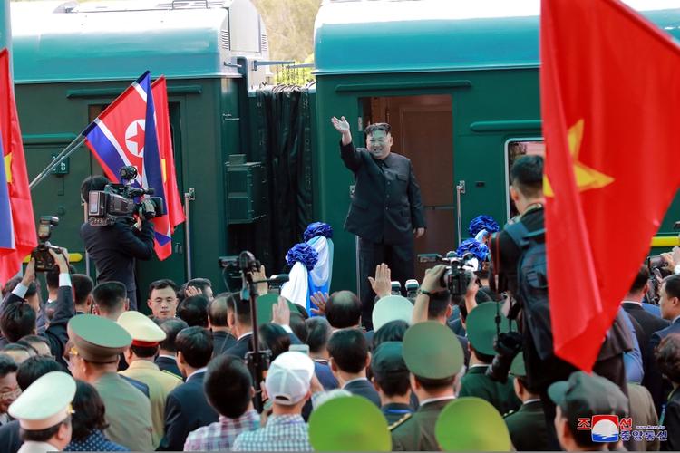 Kim Jong Un saluda antes de abordar su tren para salir hacia Corea del Norte en la estación de tren de Dong Dang, Vietnam 2 de marzo de 2019
