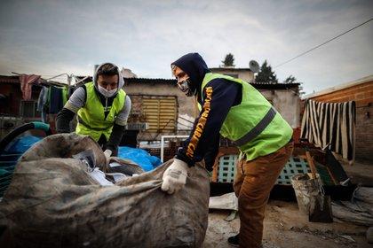 Fotografía fechada el 08 de julio de 2020 de trabajadores de una Cooperativa del Partido de Escobar recolectando cartones y plásticos en Buenos Aires (Argentina). EFE/ Juan Ignacio Roncoroni