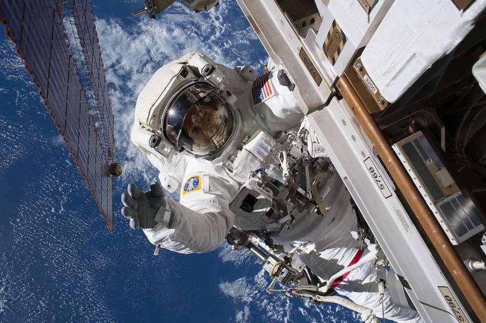 Un astronauta de la NASA de la NASA instala unas cámaras en el exterior de la Estación Espacial Internacional (Foto: NASA)