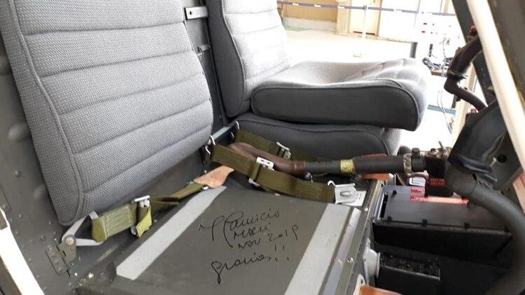 El Jefe de Estado firmó el asiento de la aeronave