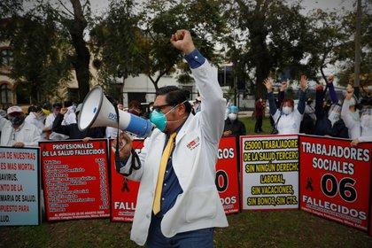 Personal sanitario protesta pidiendo elevar el presupuesto asignado a su sector (EFE/Paolo Aguilar)