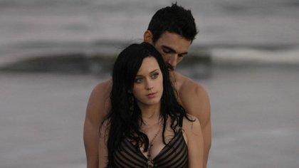 El modelo Josh Kloss y la cantante estadounidense durante la grabación del clip (Foto: Especial)