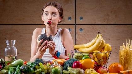 Aunque para muchos especialistas hacer colaciones no es recomendable, si se ingieren snacks deben ser saludables (iStock)