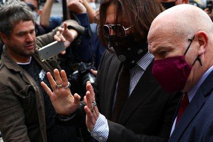 Johnny Depp ingresando con su abogado a la corte de Londres (REUTERS)