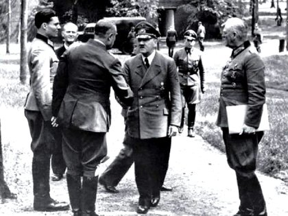 Stauffenberg (parado firme a la izquierda) junto a varios oficia ... ludan a Hitler en Rastenburg, cinco días antes del atentado