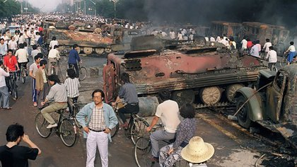 Algunas personas contemplan el saldo de destrucción la mañana posterior a la masacre (AFP)