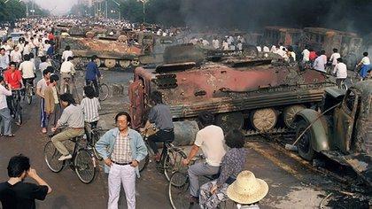 Transportes blindados de tropas destruidos durante los disturbios (AFP)