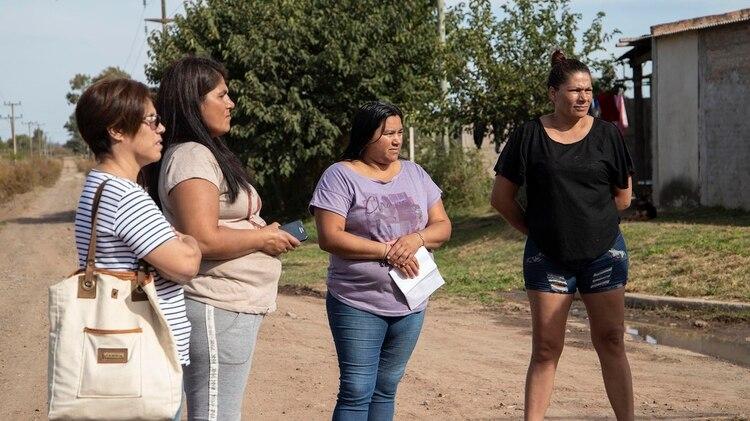 """Las """"mamás fumigadas"""" de Pergamino sobre la calle Escudero, que limita con la zona rural"""