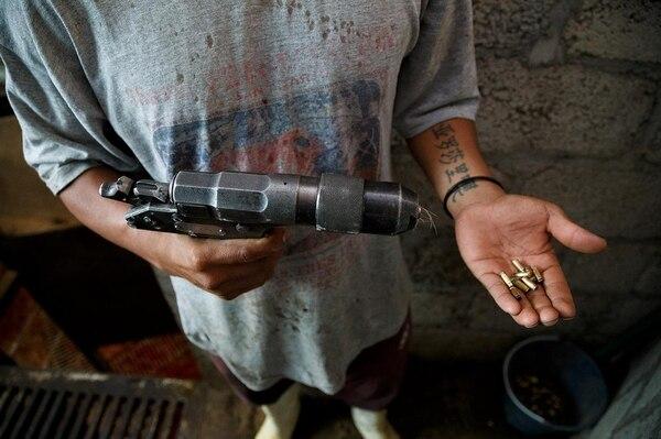 El pistolete de perno cuativo es una de las herramientas más utilizadas por su bajo costo y fácil funcionamiento. Tehucán (Puebla), 2014
