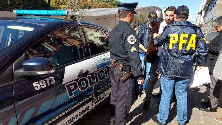 Muñiz tras ser detenido por la Federal luego de lanzar el estuche y huir.