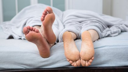 La lubricación vaginal disminuye con la edad, y si las personas no se encienden a través del placer propio, libros eróticos, videos o una pareja, puede comenzar a disminuir más rápidamente (Shutterstock)
