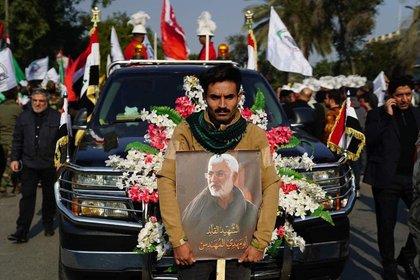 El cuerpo de Soleimani será repatriado a Irán donde, ya el domingo, tendrá lugar una nueva ceremonia en otro recinto sagrado, el mausoleo del imán Reza (Hashed al-Shaabi Media / AFP)