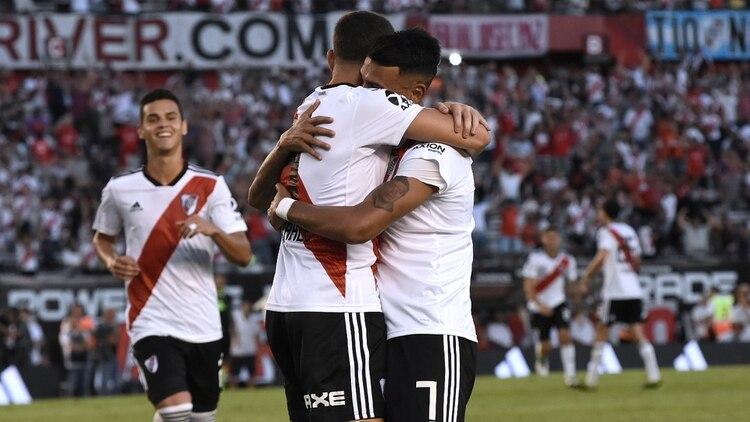 Matías Suárez felicita a Julián Álvarez, autor del primer gol de River ante Independiente (Foto: Nicolás Aboaf)