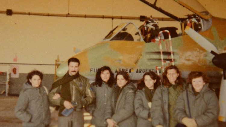 Silvia (a la derecha) junto a sus compañeras en Río Gallegos previo a embarcarse en el ARA Irízar.Foto:Gentileza S. B.
