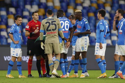 Soccer Football - Serie A - Napoli v U.S. Sassuolo - Stadio San Paolo, Naples, Italy - November 1, 2020 Napoli's David Ospina and with teammates remonstrate with referee Maurizio Mariani REUTERS/Ciro De Luca